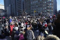 Reagrupe contra a proibição muçulmana do ` s de Donald Trump em Toronto fotografia de stock royalty free