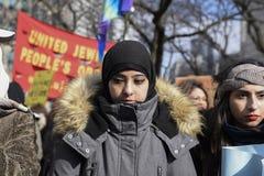 Reagrupe contra a proibição muçulmana do ` s de Donald Trump em Toronto foto de stock royalty free