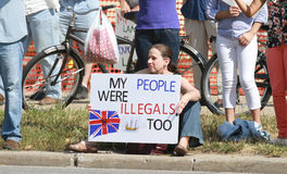 Reagrupe para fixar nosso protestor contrário das beiras com sinal em uma reunião fixar nossas beiras Foto de Stock Royalty Free