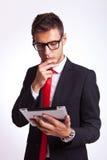 Reaing Nachrichten des Geschäftsmannes auf seiner Auflage Stockbilder