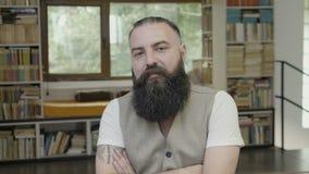 Reakcja biznesowy mężczyzna z brody akceptować, akceptujący pomysłami i - zdjęcie wideo