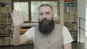 Reakcja młody modnisia mężczyzna mówi cześć przez języka ciała ręka - machać jego zbiory