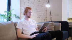 Reakcja strata kreatywnie mężczyzna używa pastylkę w biurze obrazy stock