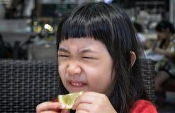 Reaktion till en skiva av citronen arkivbilder