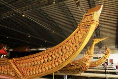 Real barge adentro el Museo Nacional de gabarras reales, Bangkok, Tailandia fotos de archivo