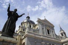 Real Basilica de San Francisco el Grande et une statue du pape à Madrid photographie stock libre de droits