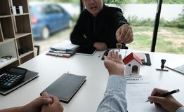 Real estate agent have meeting with customer. sale & purchase pr Stock Photos