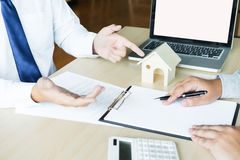 Real estate agent to present the property & x28;house& x29; to customer Stock Photography