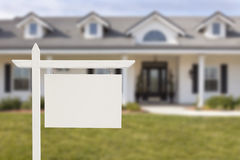 Real Estate in bianco firma davanti alla nuova casa Fotografia Stock Libera da Diritti