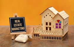 Real Estate die teken met 3D huisminiatuur op de markt brengen Royalty-vrije Stock Afbeeldingen