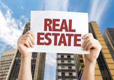 Real Estate kardieren mit Stadtbildhintergrund Lizenzfreies Stockbild