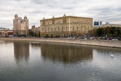 The monumental soviet apartment house neighbours with the modern business centre on the Krasnopresnenskaya embankment, Moscow, Rus. Real estate in the last Stock Photos