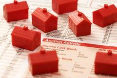 Real Estate que vende o leilão das casas imagens de stock