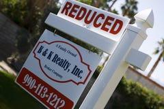 Real Estate-Teken dat Verminderde Prijs adverteert Stock Foto