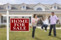 Real Estate unterzeichnen und hispanische Familie vor Haus Lizenzfreie Stockfotografie