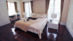 Real europeo kingbed en dormitorio Foto de archivo