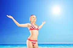 Realaxed żeński turystyczny podesłanie ona ręki i gestykulować wolność Zdjęcie Stock