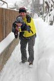 Reale Lebensdauer - spielend mit meinem Vati im Schnee Stockbild