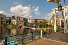 Realeneiland van Drieharingenbrug in Amsterdam, Nederland wordt gezien dat royalty-vrije stock afbeelding
