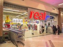 Realer Supermarkt-Eingang Stockbild