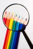 Reales Vergrößerungsglas und Bleistift stockfotos