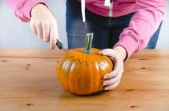 Realice manualmente una calabaza de Halloween Foto de archivo libre de regalías