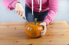 Realice manualmente una calabaza de Halloween Imagenes de archivo