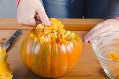 Realice manualmente una calabaza de Halloween Imagen de archivo libre de regalías