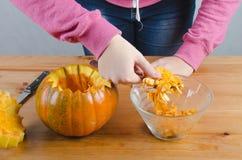 Realice manualmente una calabaza de Halloween Fotos de archivo libres de regalías