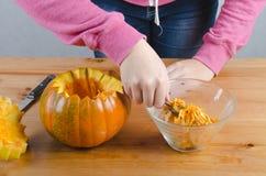 Realice manualmente una calabaza de Halloween Imagen de archivo