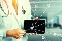 Realidad aumentada en atención sanitaria y medicina El doctor Using Digital Tablet en consulta con paciente stock de ilustración