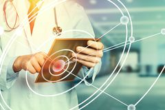 Realidad aumentada en tableta del doctor Working With Digital del concepto de la atención sanitaria y de la medicina libre illustration