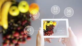 Realidad aumentada o App de AR que muestra la información de la nutrición de la comida en la tableta imagen de archivo