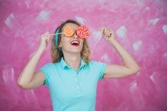 Realidad virtual con las piruletas La muchacha bonita con los caramelos le gusta el su Foto de archivo libre de regalías