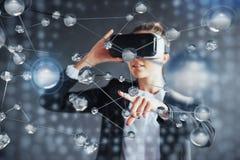Realidad virtual, 3D-technologies, ciberespacio, ciencia y concepto de la gente - mujer feliz en los vidrios 3d que tocan la proy Imagen de archivo