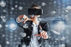 Realidad virtual, 3D-technologies, ciberespacio, ciencia y concepto de la gente - mujer feliz en los vidrios 3d que tocan la proy Fotos de archivo libres de regalías