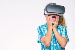 Realidad virtual de la pequeña del niño tecnología moderna del uso Educación virtual para el alumno de la escuela Consiga la expe imagen de archivo