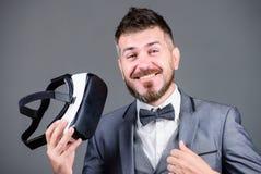 Realidad virtual del hombre de negocios Adminículo moderno Innovación y avances tecnológicos El hombre de negocios explora realid imágenes de archivo libres de regalías