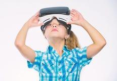 Realidad virtual del ni?o de la tecnolog?a moderna feliz del uso Consiga la experiencia virtual El ni?o lindo de la muchacha con  fotos de archivo
