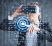 Realidade virtual, 3D-technologies, Cyberspace, ciência e conceito dos povos - mulher feliz nos vidros 3d que tocam na projeção Foto de Stock