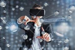 Realidade virtual, 3D-technologies, Cyberspace, ciência e conceito dos povos - mulher feliz nos vidros 3d que tocam na projeção Fotos de Stock Royalty Free
