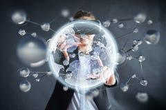 Realidade virtual, 3D-technologies, Cyberspace, ciência e conceito dos povos - mulher feliz nos vidros 3d que tocam na projeção Imagens de Stock