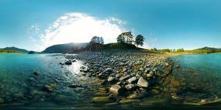 A realidade virtual de UHD 4K 360 VR de um rio flui sobre rochas na paisagem bonita da montanha vídeos de arquivo