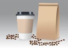 Realistisch nehmen Sie Papierkaffeetasse und braune Papiertüte mit Kaffeebohnen weg Auch im corel abgehobenen Betrag Lizenzfreie Stockfotos