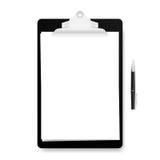 Realistisch zwart klembord met witte lege die pagina en pen op witte achtergrond wordt geïsoleerd Vector illustratie Stock Fotografie