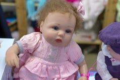 Realistische baby - pop in de stuk speelgoed opslag royalty-vrije stock afbeelding