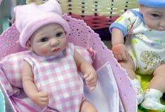 Realistische baby - pop in de stuk speelgoed opslag royalty-vrije stock foto's