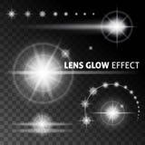 Realistische Blendenflecke und Strahlen blitzen weißes Licht auf einem dunklen Hintergrund Photorealistic Ausschnittskizze Stockbild