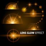 Realistische Blendenflecke und Strahlen blitzen weißes orange Licht auf einem dunklen Hintergrund Stellen Sie die Schablone für W Stockbild