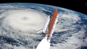 Realistische 3D Animatie van Ruimteveer Lancering over aardeatmosfeer en orkaan Elementen van deze geleverde video stock video